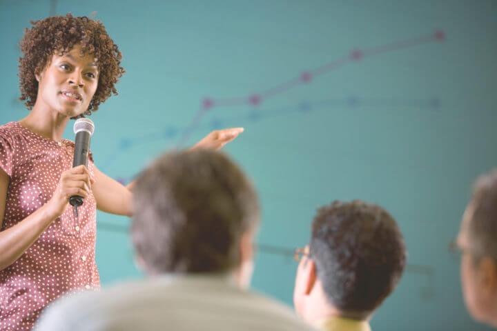 Afbeelding vrouw tijdens zakelijke bijeenkomst